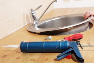Daly City plumbing contractor installs and caulks a new sink